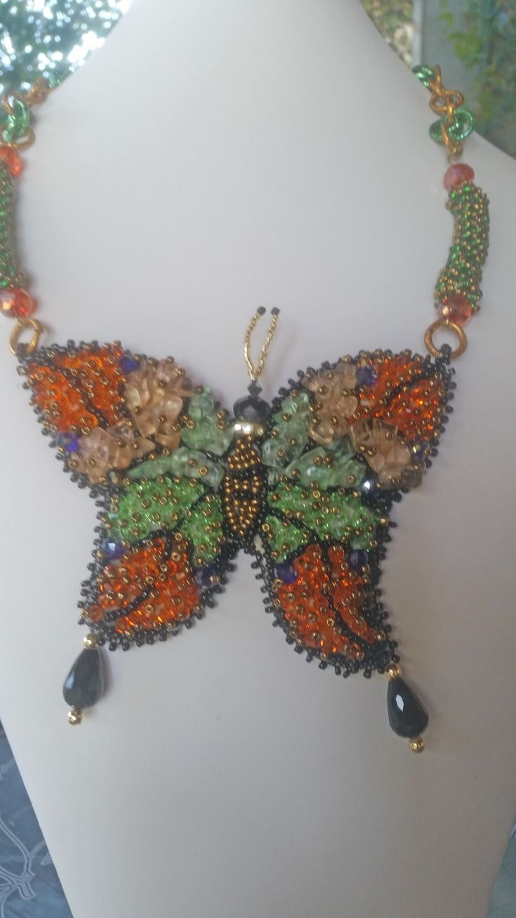collana con farfalla centrale di swarovski AB, chips di quarzo verde e giallo/beige, catena di alluminio anodizzato : Collane di giujoux
