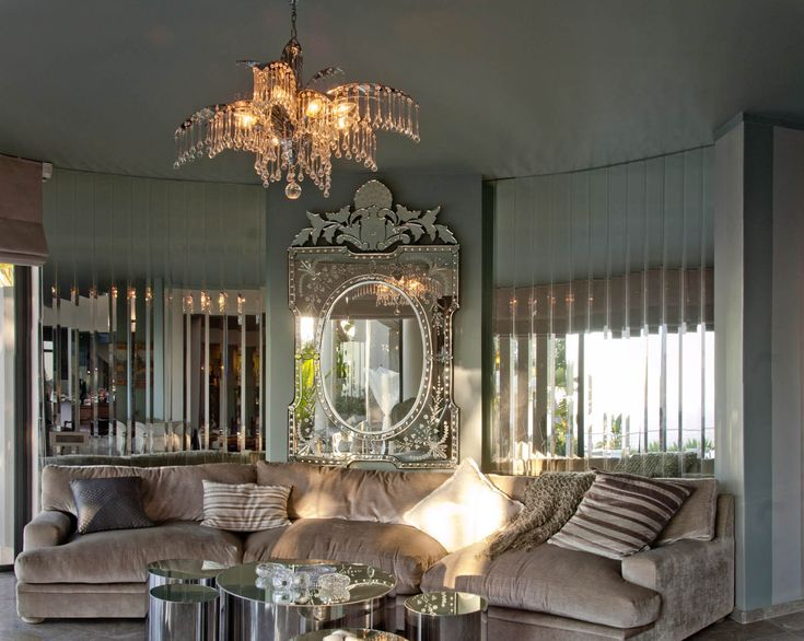 The faceted mirror in the round room creates a sense of illusion and pleasant confusion. It creates a relaxed and dreamy mood in the space