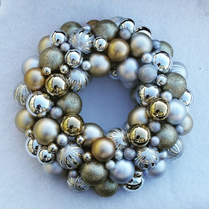 Christmas Wreath  •  Free tutorial with pictures on how to make a bauble wreath in under 60 minutes