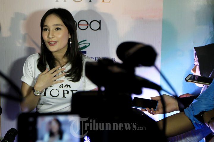 TATJANA SAPHIRA - Pemain film Tatjana Saphira saat menghadiri acara press screening film terbarunya yang berjudul 'I am Hope' di XXI Epicentrum, Jakarta Selatan, Selasa (9/2/2016). Tatjana berperan sebagai Mia gadis muda yang divonis mengidap kanker namun tetap berjuang melawan penyakitnya untuk dapat mempersembahkan suatu pertunjukkan teater yang spektakuler. TRIBUNNEWS/JEPRIMA