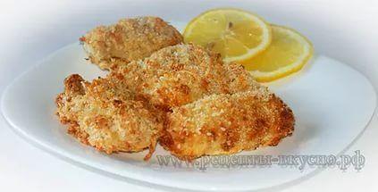 Купите свежую рыбу, разрежьте её на небольшие части, обваляйте в яйце, муке или панировочных сухарях, выложите на поднос и заморозьте.После этого можно хранить домашние рыбные палочки в пакетах для заморозки