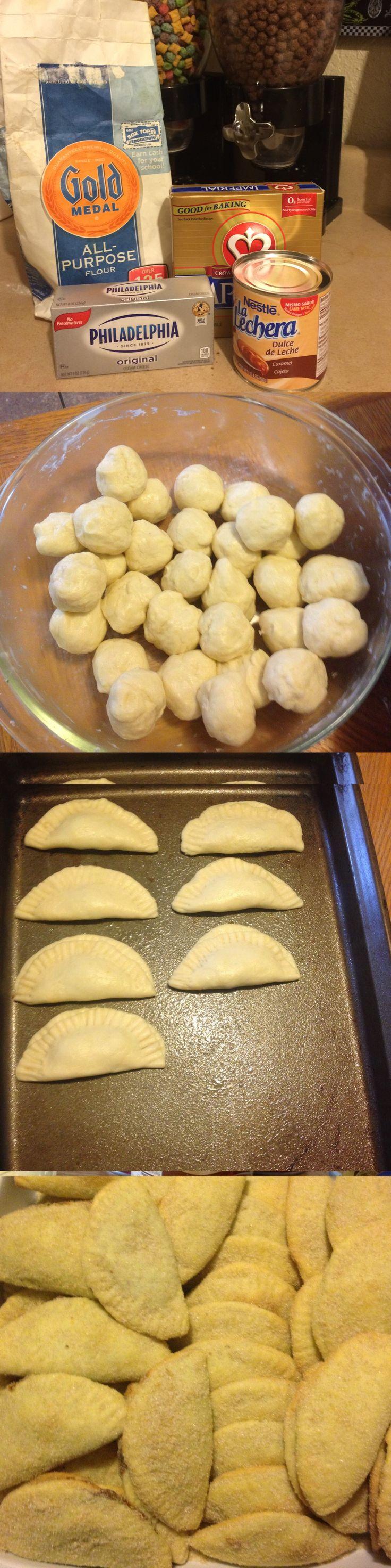Empanadas con queso philadelphia rellenas de cajeta 4-barras de mantequilla imperial, 1-queso philadelphia 4-tazas de harina blanca 1-lata de la lechera o cajeta o relleno de piña o pumpkin o de lo que mas les guste Azúcar con canela en polvo o brown sugar... Mezclas las barras de mantequilla con el queso, muy bien hasta que se unan completamente, agregas poco a poco las 4 tazas de harina hasta formar una masa,haces bolitas chiquitas, vas haciendo de 1x1 y rellenándolas con la cajeta o dulce…
