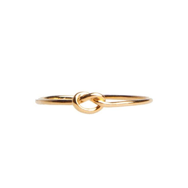 Anillo nudo latón bañado en oro 24 kilates. D-Lirio es una firma que no sólo crea anillos, pulseras y colgantes sino que además, es creadora de historias. Joyas inspiradas en historias servidas en diferentes diseños.