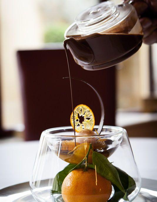 Gelée de clémentine à la clémentine, sauce au chocolat à la cardamone, par Gilles Goujon, 3 étoiles au Michelin.