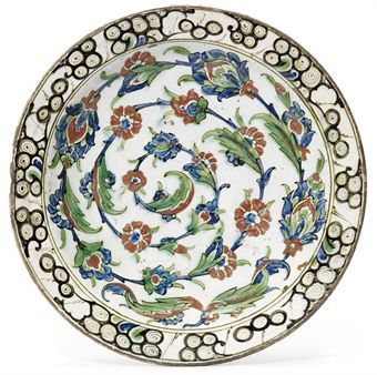 AN IZNIK POTTERY DISH OTTOMAN TURKEY, SECOND QUARTER 17TH CENTURY