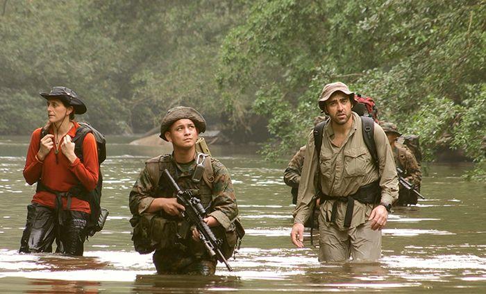 Atravesando un río en la selva del Darién y con la amenaza de las Farc