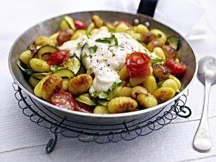 Gnocchi-Zucchini-Pfanne mit Feta-Cracker-Haube