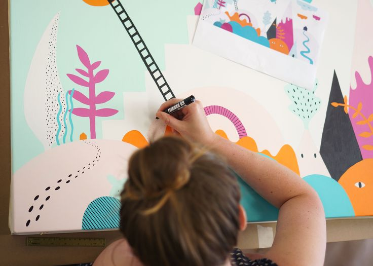 """""""Eftersom vi fick i uppgift av Purmo att ta fram ett motiv för ett barnrum har vi inspirerats av barns upptäckarglädje och fantastiska fantasi. Vi ville skapa ett motiv där det finns mycket att upptäcka och som är öppet för tolkning. I ett fantasilandskap bland lekfulla figurer och former kan betraktaren bygga sin egen berättelse utefter vad de tycker sig se i motivet"""", säger Frida Nilsson och Erika Lindmark från Studio Äppel Päppel i Göteborg."""