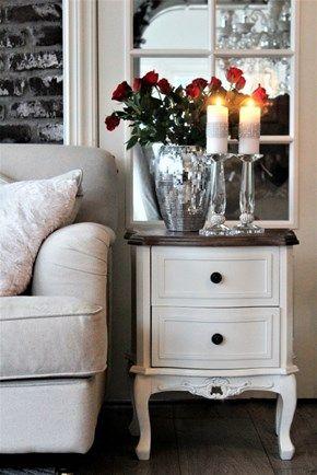 Lekkert nattbord/sidebord i antikk hvit