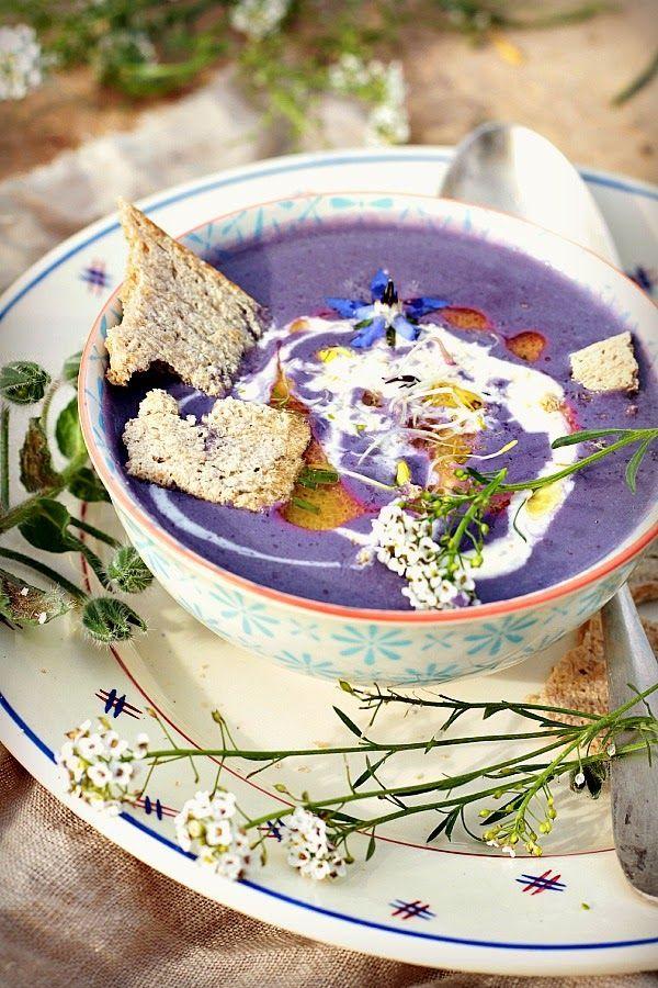 Soupe au Chou Rouge  1/2 Chou Rouge , 75 cl de bouillon de poule, 1 oignon jaune, 1/2 gousse d' ail, Sel & Poivre, Huile d'olive, 25 cl de crème fleurette  Couper le Chou, laver ls feuilles. Ds cocotte faire dorer l'oignon émincé, ajouter la gousse dégermée puis le chou rincé émincé . Mélanger le tt. Couvrir de bouillon , saler et poivrer légèrement . Cuire à feu moyen 30 mins.Qd le Chou est tendre, mixez av la crème. Réchauffez à feu doux. Rectifier l'assaisonnement.