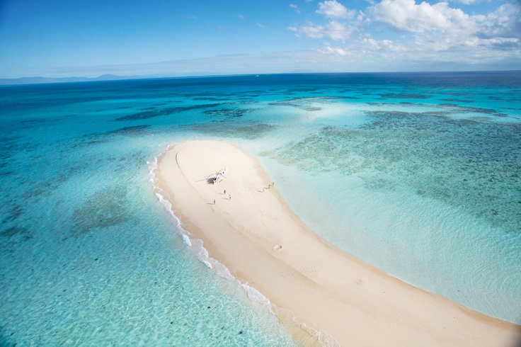 There's about 600 islands on the Great Barrier Reef, some of them are sandy islands popping out from the beautiful blue Queensland waters.