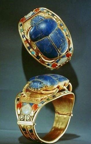 Tutanchamuns goldener Armreif mit Skarabäus