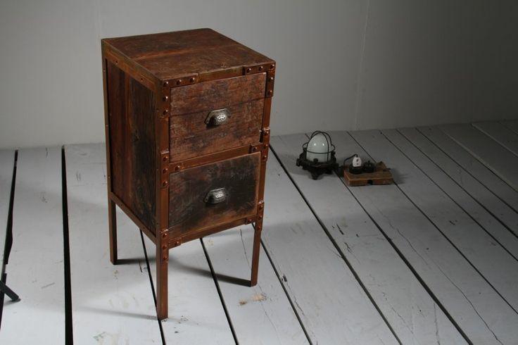 Liten byrå eller sängbord av återvunnet trä