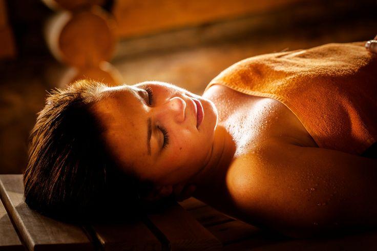 De sauna gemaakt van kelo hout heeft de eigenschap veel warmte vast te houden en heel geleidelijk weer af te geven. Ideaal om volledig tot rust te komen bij een temperatuur tussen de 70 en 90 graden celcius.