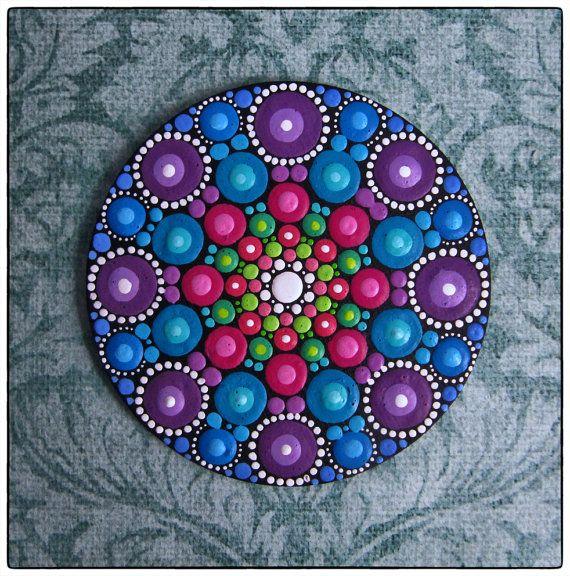 Dies ist eine wunderschöne Miniatur Malerei-also lebendige, farbenfrohe und taktile!    Auf ein Stück Holz rund, glatter Rand gemalt, ist dieses