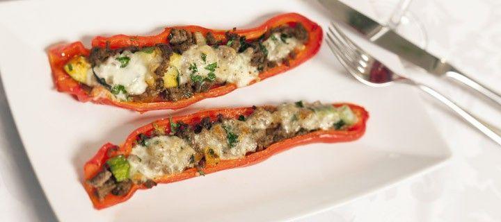 Puntpaprika's uit de oven gevuld met gehakt en mozzarella