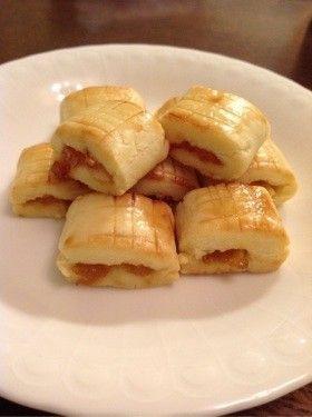 マレーシアのパイナップルクッキー    マレーシアで定番のクッキーです。ホロホロとしたクッキー生地と甘酸っぱいジャムが絶妙。型なしで作れるようアレンジしました。 kopikopiko   材料 ■ 生地 バター 125g 粉砂糖 30g バニラエッセンス 小さじ1/2 卵黄 1個 小麦粉 230g 卵白(艶出し用) 一個 カスタードクリーム粉末(あれば) 大さじ1 ■ パイナップルジャム パイナップル 一個 砂糖 200g  作り方 1 パイナップルジャムを作る。パイナップルをみじん切りにして、砂糖を加え煮詰める。 2 生地を作る。柔らかくしたバターに粉砂糖を加え、白っぽくなるまで泡立て器で混ぜる。 3 卵黄を入れて軽く混ぜる。 4 バニラエッセンスを加えてよく混ぜる。 5  小麦粉を加えて、まとまるまで混ぜる。かなりぽろぽろしてますが、次の工程でまとめれば大丈夫です。 6  生地を3~4等分して一つずつラップに挟み、ラップの上から綿棒で幅6~7センチ、厚さ5ミリほどに伸ばす。 7  伸ばした生地の中央にジャムを長く細くまとめておく。 8…