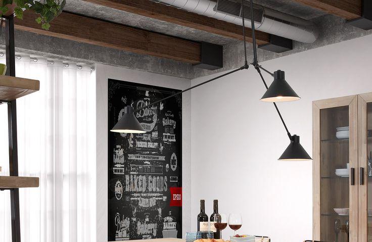 Bellissima e moderna con un design nuovo ed essenziale, la lampada da sospensione in metallo nero, a tre luci, è di grande effetto. Adatta per il soggiorno, cucina, studio o camera da letto. Per ricreare un ambiente intimo e sofisticato.