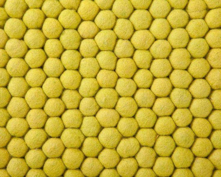 Ten jasnożółty dywan ożywi każdy pokój i pomieszczenie. Nasz dywan z filcowych kulek Shirsti ma bardzo świeży i soczysty wygląd, a naturalny wzór przyciąga wzrok. Pokochasz to, jak przyjemne w dotyku sa jego żółte kulki. Każdy, kto pragnie dodać nieco pozytywnej energii pomieszczeniu, będzie zachwycony tym dywanem! Teraz w cenie: 1 133,60 zł Więcej na http://www.sukhi.pl/prostokatny-shristi-dywany-z-filcowych-kulek.html #dywan #dywany #sukhi #wiosna #nepal #rekodzielo