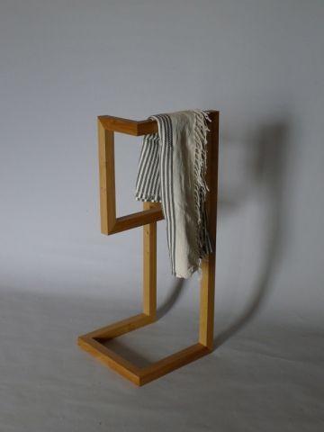 Valet Marque : Daha Matériaux : chêne massif Dimensions : L 40 x l 40 x H 100 cm Prix sur demande www.daha.fr