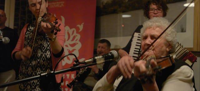 nagranie: Warszawa / 2016  Albina Kuraś, ur. 1925 roku, jest seniorką rodziny, skrzypaczką i kierowniczką rodzinnej kapeli. Kapela rodzinna Kurasiów jest jednym z najstarszych zespołów ludowych na Rzeszowszczyźnie – w 2010 roku obchodziła swoje 60-lecie. Założycielem kapeli był Władysław Kamiński, ojciec seniorki Albiny Kuraś. Kapela koncertowała w wielu miejscach  w Polsce, jak i poza granicami kraju na spotkaniach, festiwalach i przeglądach, zdobywając różne nagrody i wyróżnienia. Brał...
