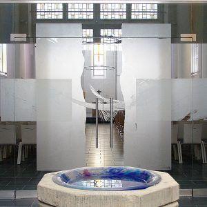 GLASKONSTRUKTION - Im Glasbaubereich projektieren wir    Eingangsbereiche, Windfänge, Ganzglasanlagen, Glasskulpturen und Brandschutzgläser. Alle diese Objekte können auch eine Veredlung in unterschiedlichen Formen und Techniken erfahren. Türanlage im Hildesheimer Dom von Eberhard Münch.
