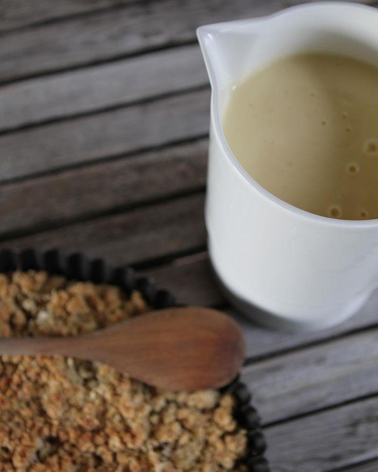 Rhubarbcrumble // rhubarb // raparperi // rabarber // Vanilla sauce // Baking // Nordic  White jug from Vaja Finland