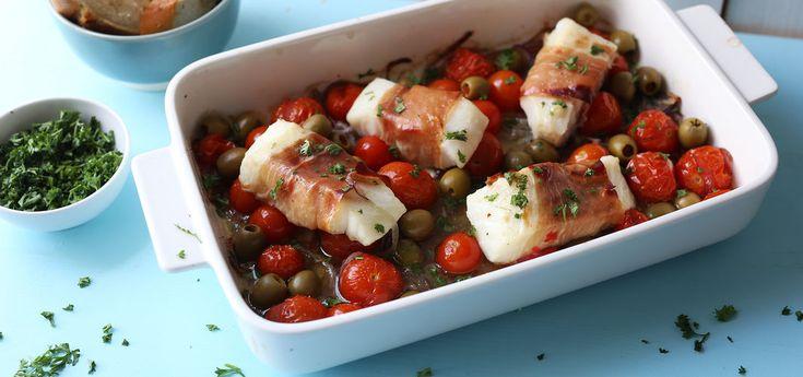 Kjøp Ovnsbakt torsk med spekeskinke og resten av ukeshandelen med ett klikk! Ovnsbakt torsk surret i spekeskinke med tomater og oliven, alt i samme form. Enkelt, sunt  og kjempegodt!