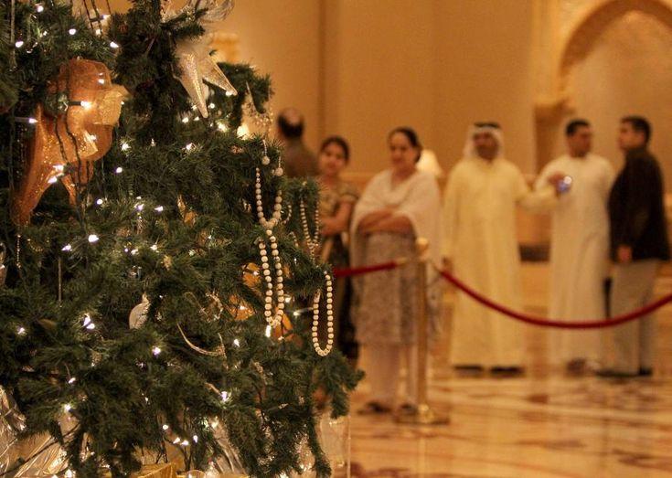WEmirates Palace Hotel wAbu Dhabi wZjednoczonych Emiratach Arabskich przystrojono najdroższą choinkę świata. Jej wartość ocenia się na 11 milionów dolarów zasprawą ozdób świątecznych, które się naniej znajdują. Samo świąteczne drzewko owielkości około 13 metrów warte jest 10 tysięcy dolarów. Dyrektor hotelu poinformował, żena 13-metrowej choince zawieszonych zostało 131 ozdób, głównie zezłota, szafirów idiamentów. Tegoroczna choinka …