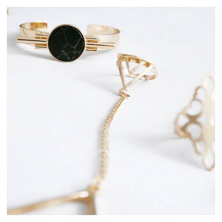 Hej Nowa biżuteria z motywem marmuruoczywiście z Aliexpress.Lubicie motyw marmuru ? Miłego popołudnia  #bizuteria #marmur #zloto #bransoletka #piersionek #aliexpress #aliexpresspoland #jewellery #marble #gold #goldblack #blondeworldd #blondeworld