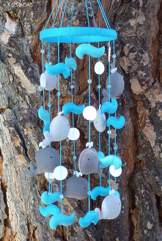 Mobiel met walvissen gemaakt van vilt. Zelf creaties van vilt maken? Kijk voor vilt eens op www.bijviltenzo.nl