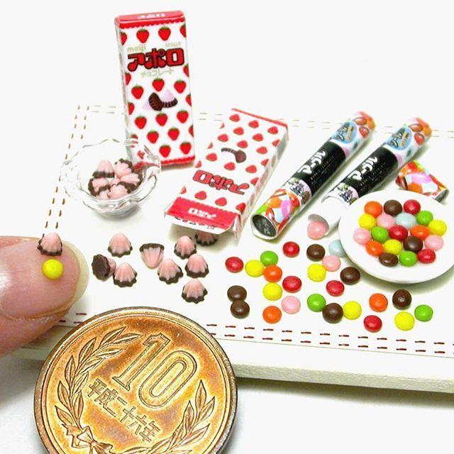ミニチュア 明治アポロ 明治マーブルチョコレート 樹脂粘土で制作 お菓子の作り方は #ブティック社 様から発行の「樹脂粘土で作るあの有名お菓子のレシピ」に掲載してあります 箱の作り方は載せていませんので、本物の箱をスキャンし、縮小してプリントアウトしたものを組み立てて下さい . ⚠️販売希望のお問い合わせが多数ありましたが、当方お菓子メーカー様のミニチュアの販売はしておりません. . #ミニチュア #ミニチュアフード  #ドールハウス  #明治 #明治製菓 #お菓子 #おやつ #マーブルチョコ #マーブルチョコレート  #アポロ #アポロチョコ #アポロチョコレート #チョコ #チョコレート #チョコレート菓子 #樹脂粘土 #フェイクフード #miniature #miniaturefood #meiji #foodsamples #chocolate #japanesesnack #polymerclay #chocolate #chocolatesnacks