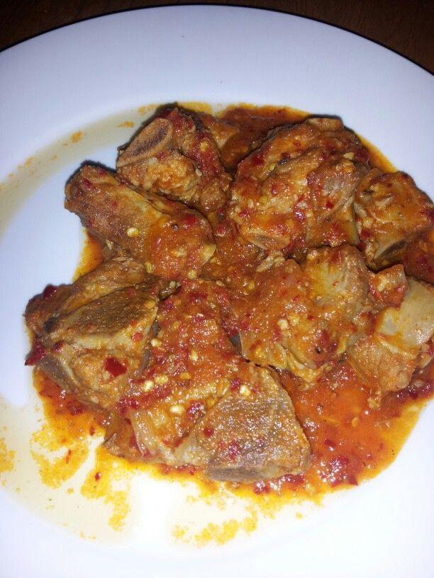 Cosrillitas de puerco en salsa de chile de arbol y tomate rojo ingredientes .. #oregano #pimienta #ajo...