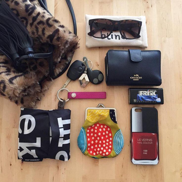 """좋아요 115개, 댓글 15개 - Instagram의 risa(@comomi0616)님: """"・ こんにちは♡ ・ 年に1度の婦人科検診。 ドッと疲れまちた。 ・ バッグの中身をやってみたくて持ち物を広げてみたけど… 見事に統一性がなくバーラバラ 笑 センスが欲しいわぁ。 ・…"""""""