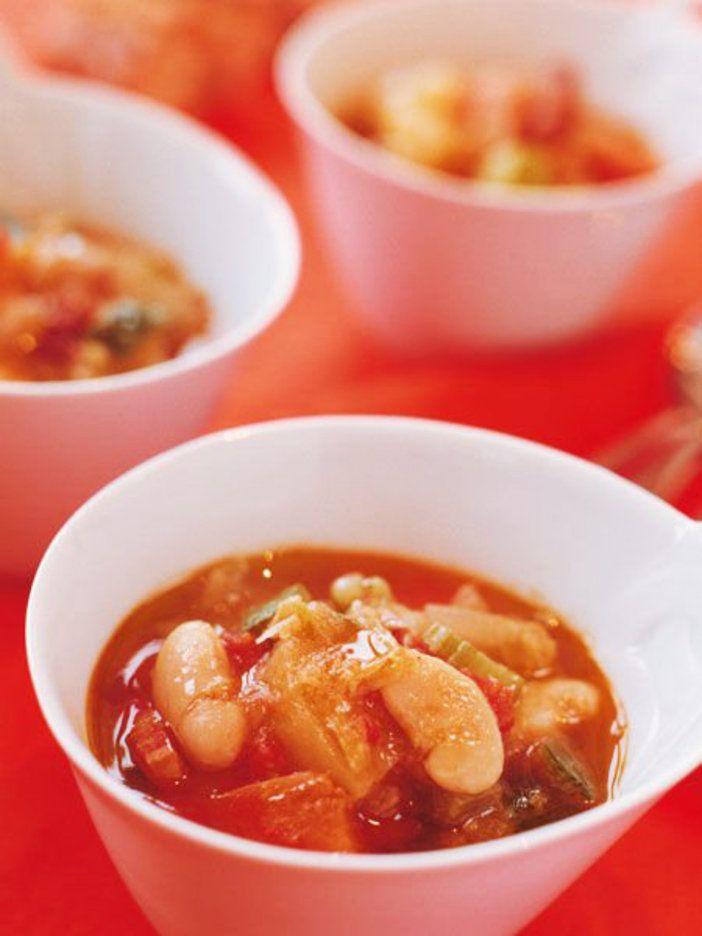 残り野菜と白いんげん豆をコトコト煮込んだ、トマト風味の具だくさんスープ。 『ELLE a table』はおしゃれで簡単なレシピが満載!