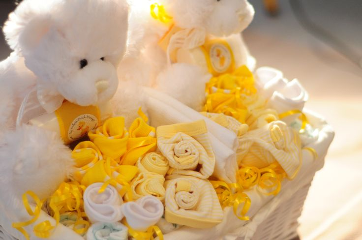 Twins essentials baby gift basket, neutral. Filled with all the essentials new twin baby's willl need. #twinsbabygifts #twinsbabybaskets