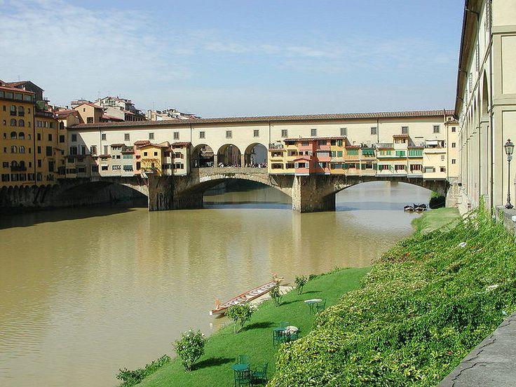 Ponte Vecchio; De Ponte Vecchio (Italiaans: oude brug), is een beroemde middeleeuwse brug over de rivier de Arno in Florence, Italië. De brug is vooral bekend door de winkeltjes (vooral juweliers) die zich op de brug bevinden en de Corridoio Vasariano, de gang die zich een niveau hoger op de brug bevindt, zodat de adel zonder zich met het normale publiek te mengen toch de oversteek kon maken.