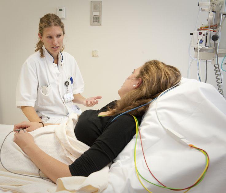 03-10-2013: Wat maken patiënten door als ze op de afdeling Spoedeisende Hulp (SEH) terechtkomen?  Om dat beter te begrijpen hebben onderzoekers van Tilburg University in samenwerking met het St. Elisabeth Ziekenhuis Tilburg daar uitgebreid onderzoek naar gedaan. Wat blijkt, patiënten worstelen met veel meer zaken dan enkel de kwaal waarvoor ze binnen komen.  Lees het hele artikel op http://www.elisabeth.nl/@117422/st-elisabeth/