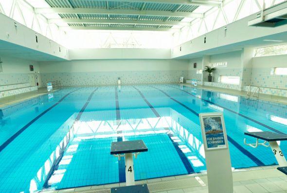 Das Hallenbad Schwimm' in Bilk ist ausgerichtet auf Schwimmen und Aquafitness und bietet die idealen Vorraussetzungen rund um den Sport im Wasser auch für Schulen und Vereine.  Klare Linien und modernes Ambiente laden ein in Ruhe Bahnen zu schwimmen oder etwas für Fitness und Figur zu tun. Mit über 45 Kursangeboten bleiben im Schwimm' in Bilk keine sportlichen Wünsche offen.