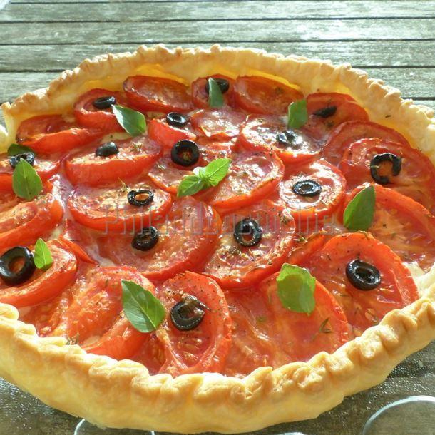 Tarte à la tomate, comté et moutarde à l'ancienne – Ingrédients : 1 pâte feuilletée épaisse (maison ou pas),4 à 6 tomates,150 g de comté râpé,2 à 3 c. à soupe de moutarde...