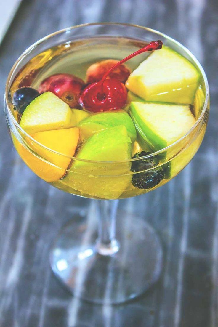 Sangria bianca con Prosecco vermouth, zenzero e frutta estiva