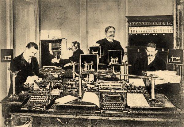 Theodore Roosevelt supervisando la llegada de telegramas al Ala Oeste de la Casa Blanca.