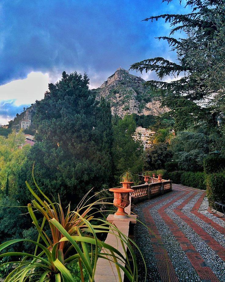 I giardini comunali di Taormina. Spettacolo tra mare e roccia sotto lo sguardo attento del vulcano. Manca nulla? #catania #volgosicilia #sicily #igcatania #taormina #ig_mood #igspecialist #igersitalia #wonderful_places #igglobalclub#ig_sharepoint #ig_worldclub #italian_trips #fotografi_italiani #italia #immersiva #ig_divineshots #ig_italy #fotografdukkanim #dream_image #ig_heartshot #divinafotografia #italian_places #igersmood #loves_madeinitaly