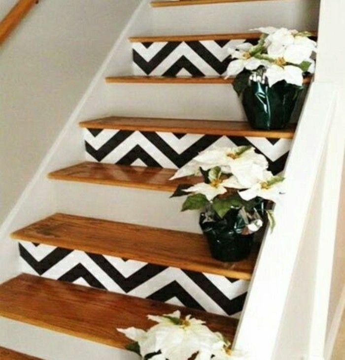 renovation escalier en bois, peinture escalier bois, deco contremarches à motifs géométriques, fleurs comme déco