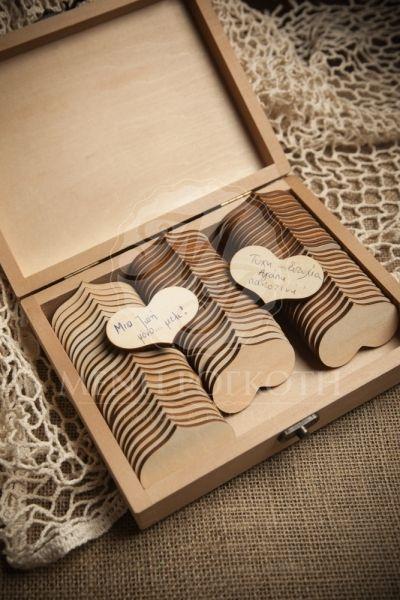 Ξύλινο κουτί με χειροποίητη διακόσμηση από μεταξωτό κορδόνι και καρδούλες για τις ευχές των καλεσμένων για