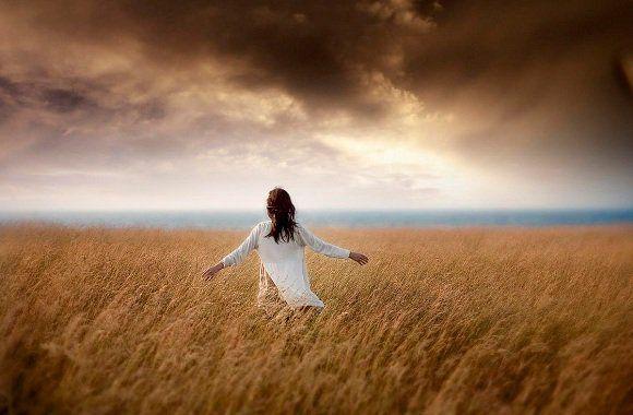 Μη στριμώχνεσαι, εκεί που δε χωράς.. Μην παραμένεις, εκεί που περισσεύεις...
