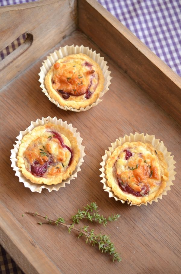 Fingerfood-Rezept: Miniquiches mit Roten Zwiebeln und Ziegenkäse (www.rheintopf.com)