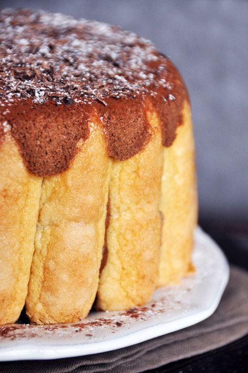 Et si Charlotte s'invitait à votre table ? Voici la star des desserts, un des grands classiques de la pâtisserie de la cuisine française, la bien-nommée « Charlotte au chocolat » extra-chocolatée comme vous aimez ! Une mousse au chocolat noir légère entourée...