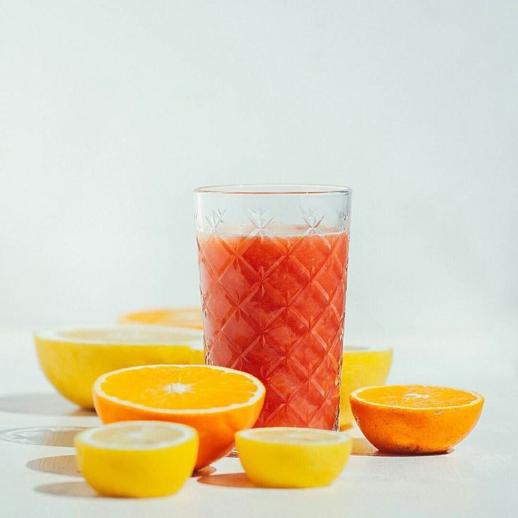 Oggi parto con una ricarica di vitamine: Succo energizzante e bruciagrassi al Pomplelmo rosa Tagga un amico per condividere la ricetta Centrifugato / Estratto 1 Pompelmo Rosa il Succo di un Arancia Rossa 1/2 Limone (con tutta la buccia!) un pezzetto di Zenzero  #lacentrifuga #sicilianinsta #whatitalyis #sicily #juice #centrifugato #f52grams #feedfeed #eeeeeats #bareaders #colazioneitaliana #bhgfood #huffpostetaste #buzzfeast #buzzfeedfood #foodgawker #tastespotting #plantstrong…