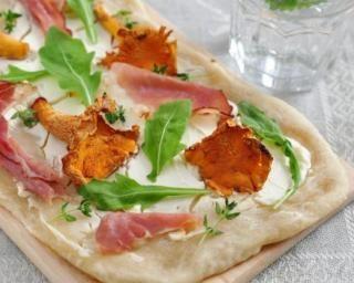 Quiche-pizza minute aux chanterelles et au bacon : http://www.fourchette-et-bikini.fr/recettes/recettes-minceur/quiche-pizza-minute-aux-chanterelles-et-au-bacon.html